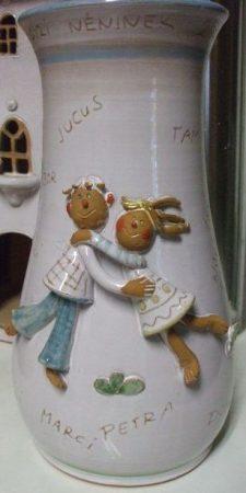 Váza, táncoló gyerekekkel